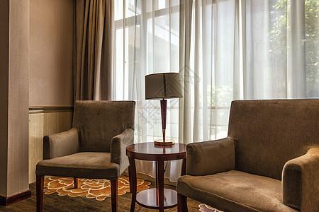 沙发和落地窗图片
