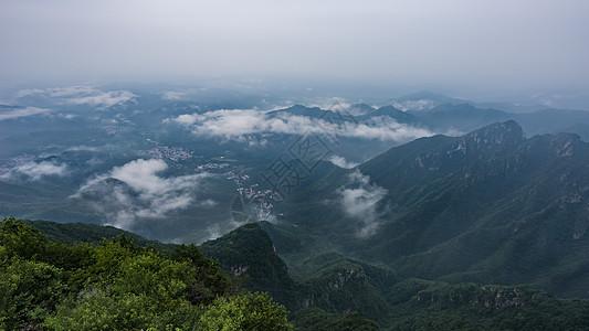 云雾下的雨后山区村落图片
