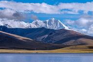 宁静的雪山湖泊图片