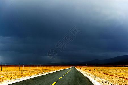 西藏阿里无人区的公路图片