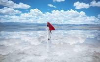茶卡盐湖中的女孩图片