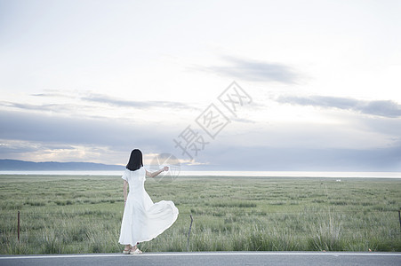 青海公路的白裙子女孩图片