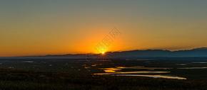 落日余晖下的蜿蜒河流图片
