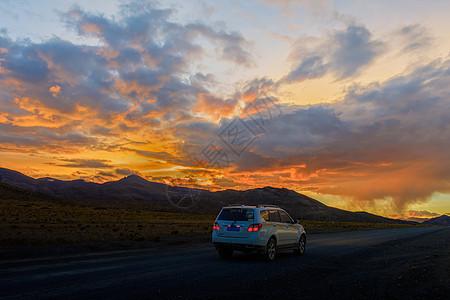 夕阳下行驶在公路上的汽车图片