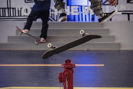 滑板少年的局部图片