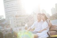 坐在夕阳下的情侣图片
