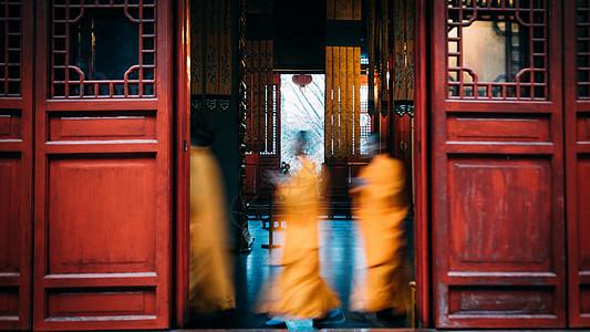 寺院里礼佛的僧人图片