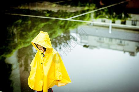 下雨天穿雨衣的小朋友图片