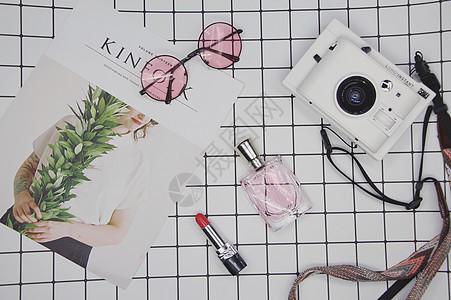 ins风格旅行素材相机眼镜和香水口红图片