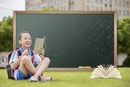 黑板前用平板电脑学习的学生图片