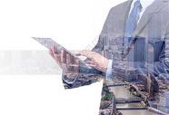 双重曝光的城市和商人在电话作为业务发展的概念图片