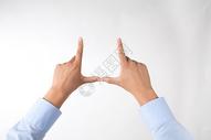 商务男士手指拼成房子的手势动作图片