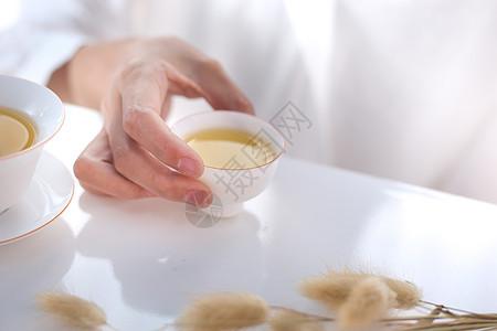 模特手持泡茶倒茶品茶茶道图片