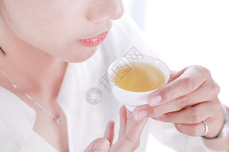 美女手持泡茶倒茶品茶茶道图片