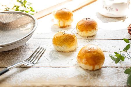 滇式月饼与面粉摆拍图片