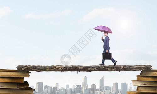 商务男士走独木桥图片