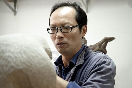 木匠师傅木雕雕刻图片