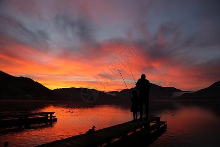 河边钓鱼的父女图片