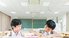 教室里学习的孩子图片