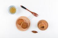 中秋传统美食月饼白底摆拍图片