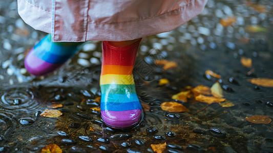 下雨天穿雨鞋的小朋友玩水图片
