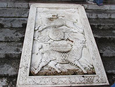 古代建筑台阶上的石雕图片