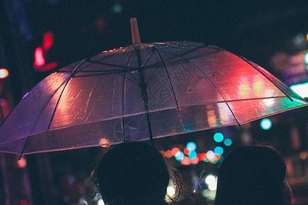 夜晚雨天撑伞的人图片