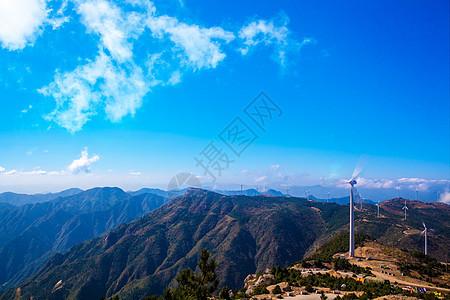 山峰之巅的风车图片
