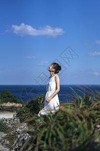 海边的女性侧影图片