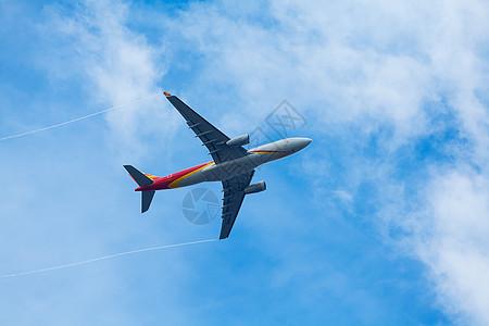 飞机从头上掠过图片