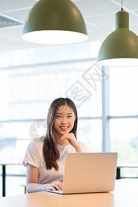 休闲办公轻办公的职场女性图片