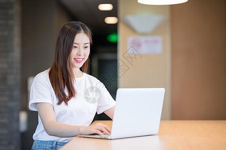 看电脑使用的电脑的年轻女性图片