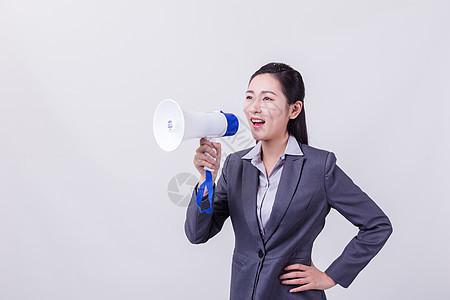 微笑职业女性拿喇叭呐喊形象图片