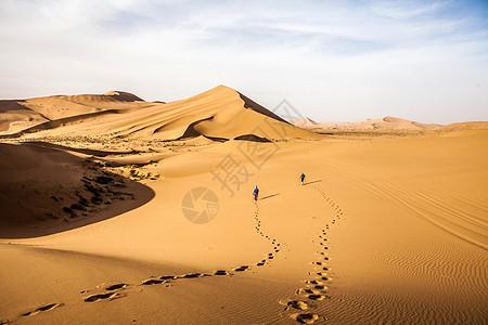 沙漠中的户外爱好者图片