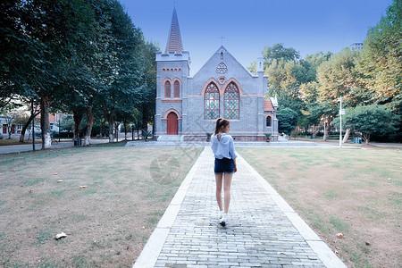 走向教堂的少女背影图片