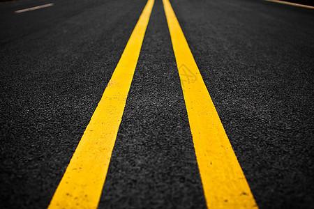 笔直延伸的公路图片