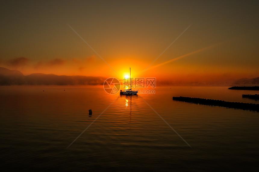 海面的帆船图片