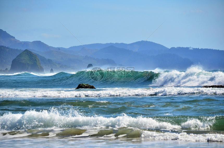 波涛汹涌的海水图片