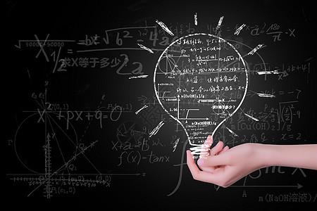 黑板上的灯泡知识概念图片