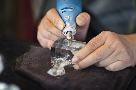 工匠专注水晶雕刻图片