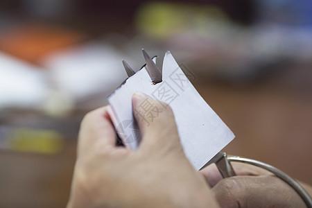 匠人剪纸师傅在专注剪纸图片