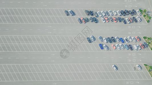 航拍线条美的停车场图片
