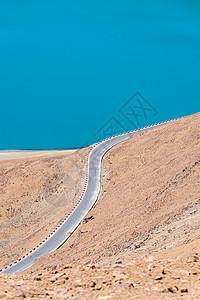 西藏羊卓雍措湖边公路图片