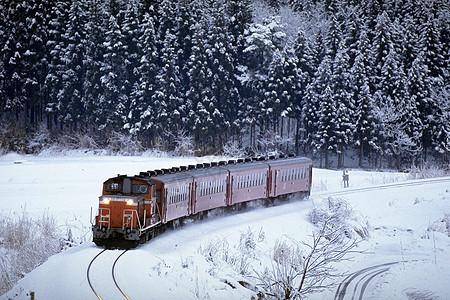 大雪中的火车图片