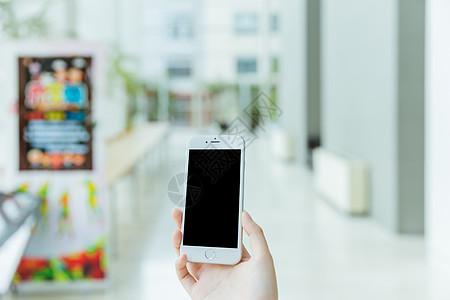 室内手握手机素材图片