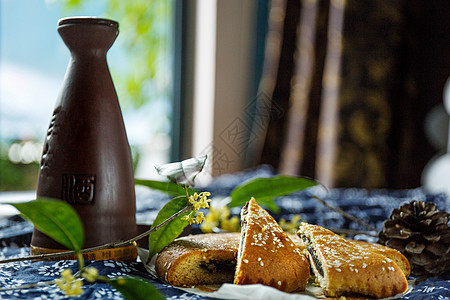 云南传统月饼与桂花酒图片