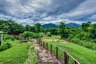 泰国拜县绿色草地山峦起伏图片