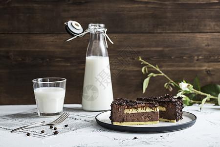巧克力蛋糕和牛奶图片