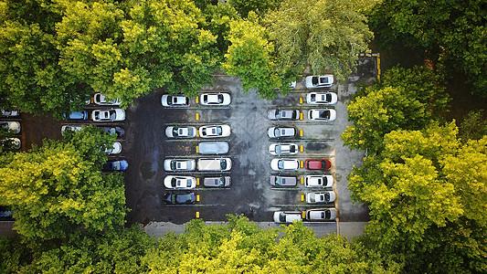 空中看树林中的停车场图片