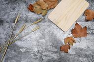 秋日的木头桌板图片